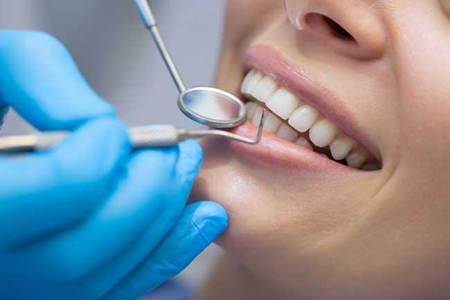 Outil-de-miroir-dentaire &quot;width =&quot; 650 &quot;height =&quot; 433 &quot;/&gt;</a></p><p>L&#39;un des outils dentaires les plus couramment utilisés pour examiner les dents d&#39;un patient, les miroirs dentaires aident à augmenter la visibilité des dentistes. Avec l&#39;aide de ce miroir, un dentiste peut facilement examiner l&#39;arrière des dents. De plus, cela les aide également à examiner des endroits difficiles à voir. Par conséquent, les <a href=